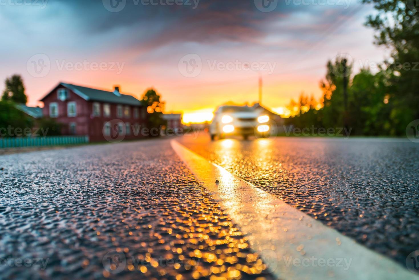 puesta de sol en el pueblo. vista del cielo tormentoso foto