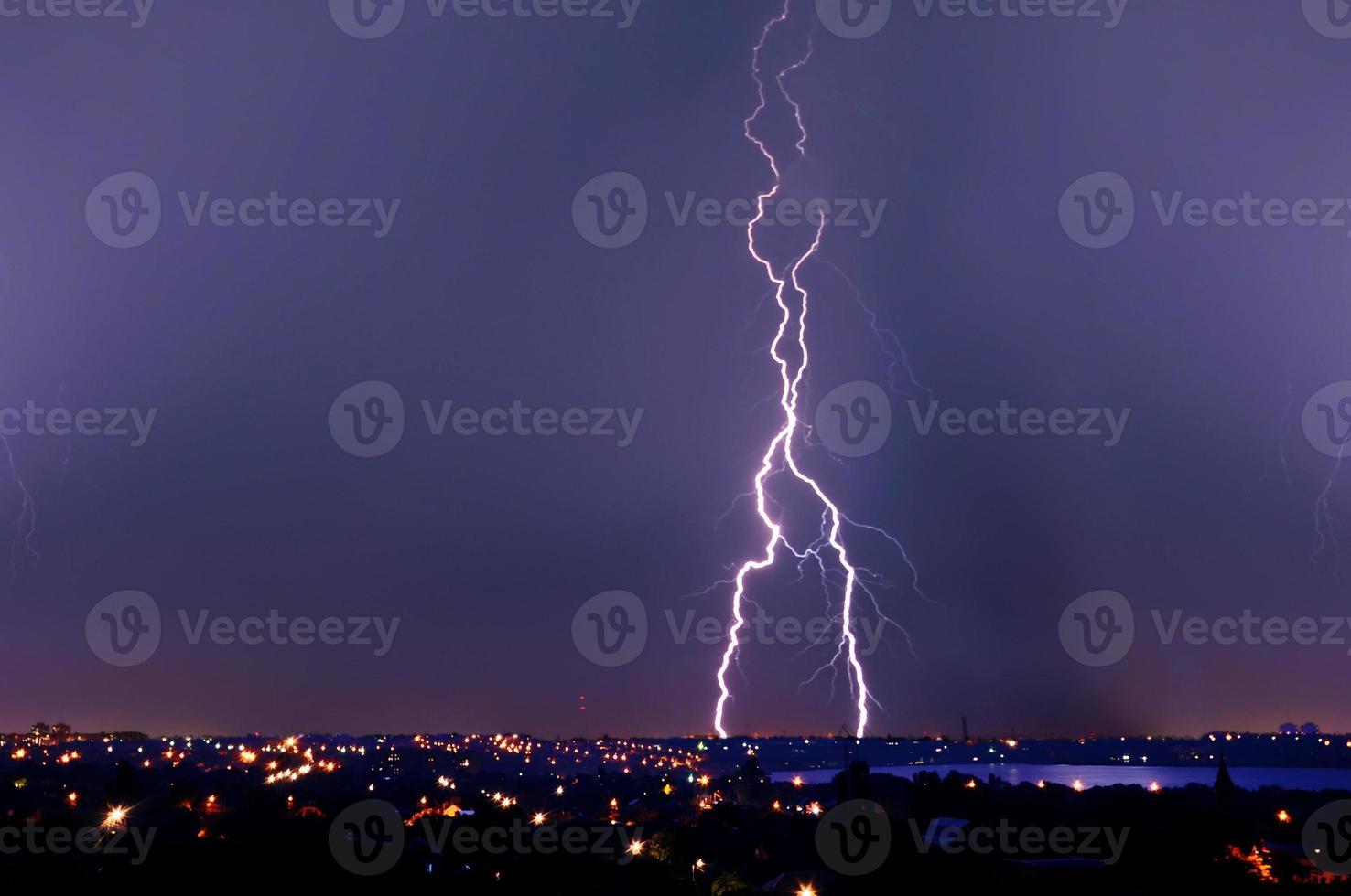 rayo sobre el cielo azul oscuro en la ciudad de noche foto