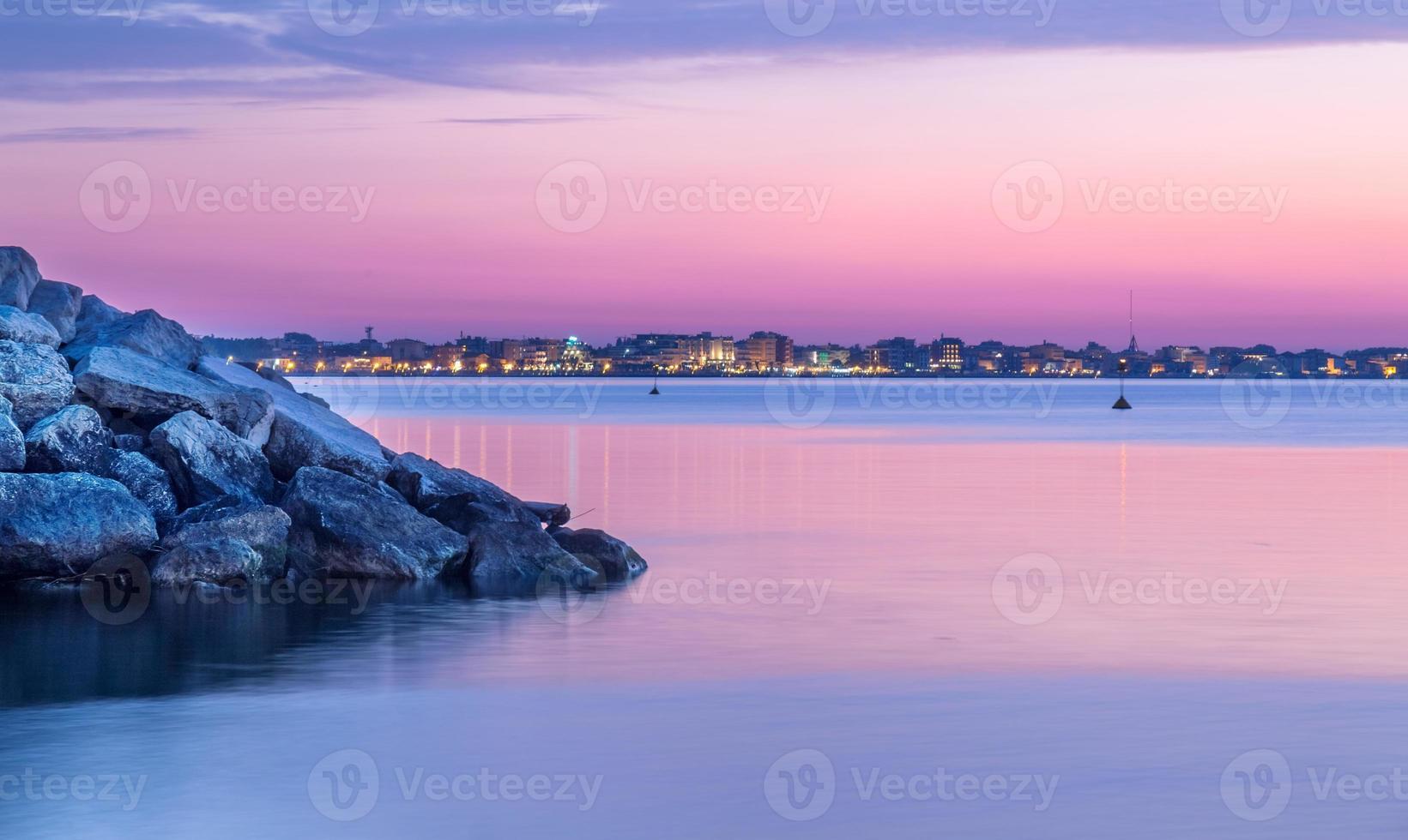 crepúsculo al atardecer en el mar. cielo púrpura en el paisaje marino foto