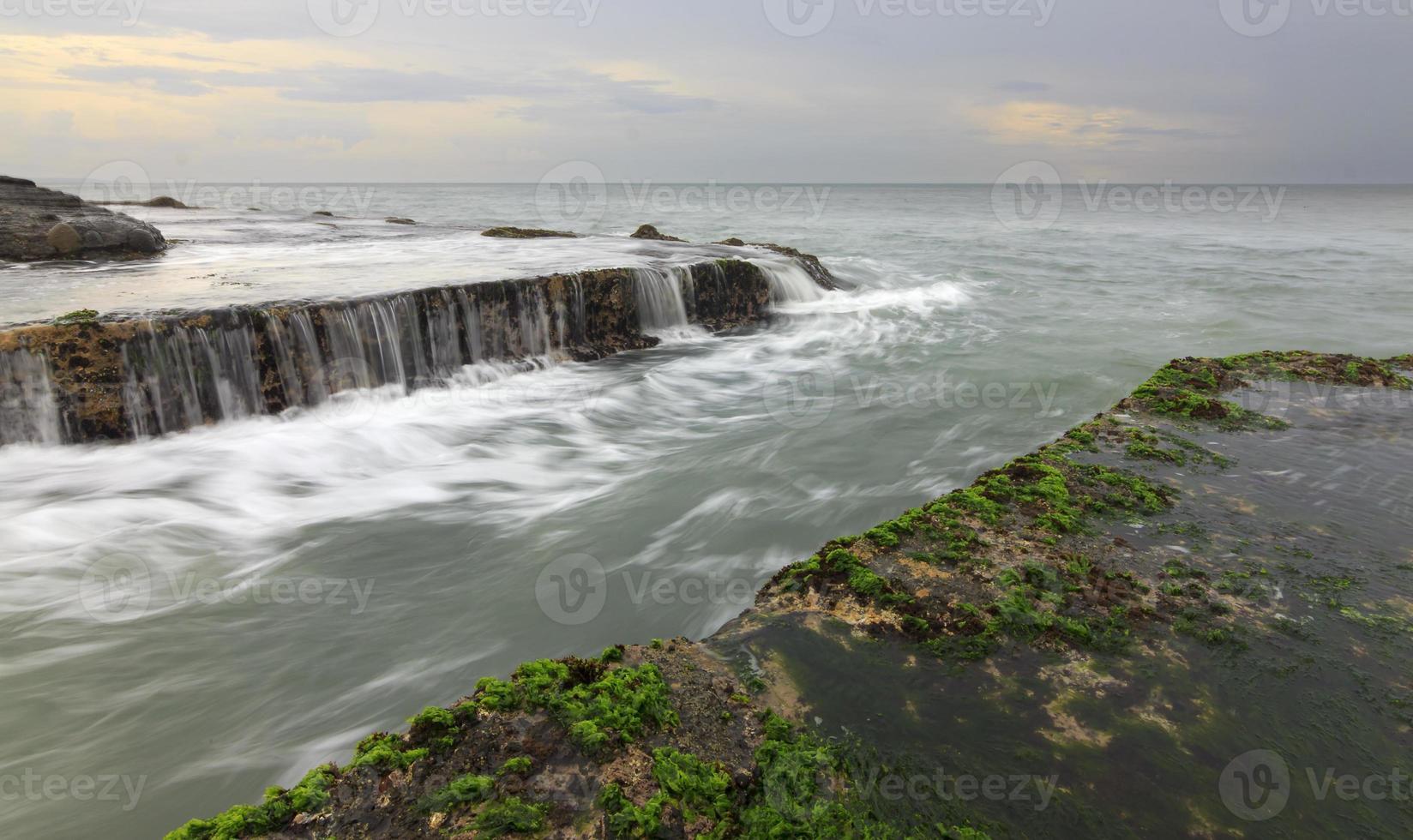 Lúgubre paisaje marino en Tanah Lot, Bali, Indonesia foto