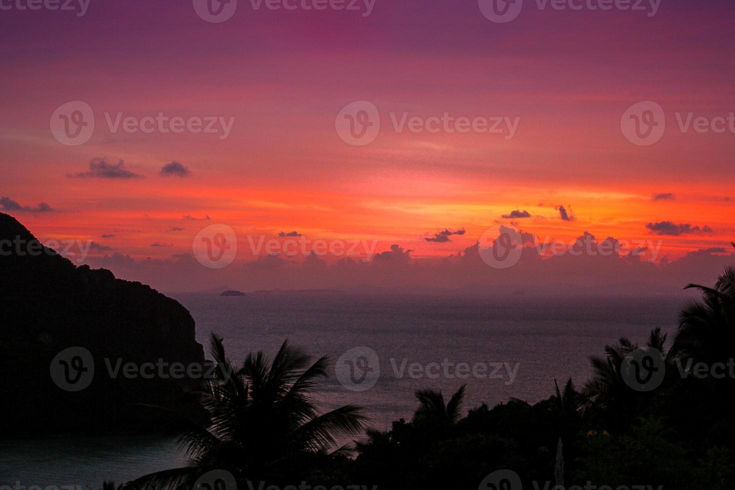 Rosa vibrante puesta de sol tropical sobre el agua - Tailandia foto