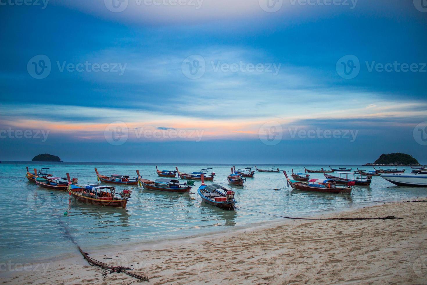 puesta de sol en la isla de lipe (koh lipe) foto