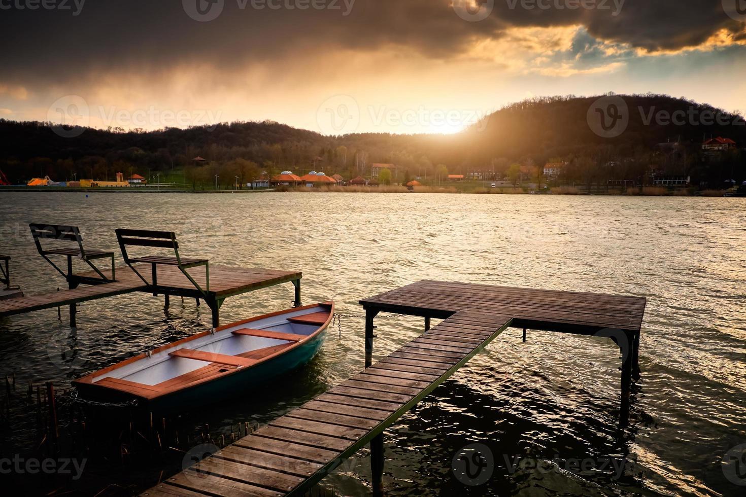 barco en el lago cerca del muelle foto