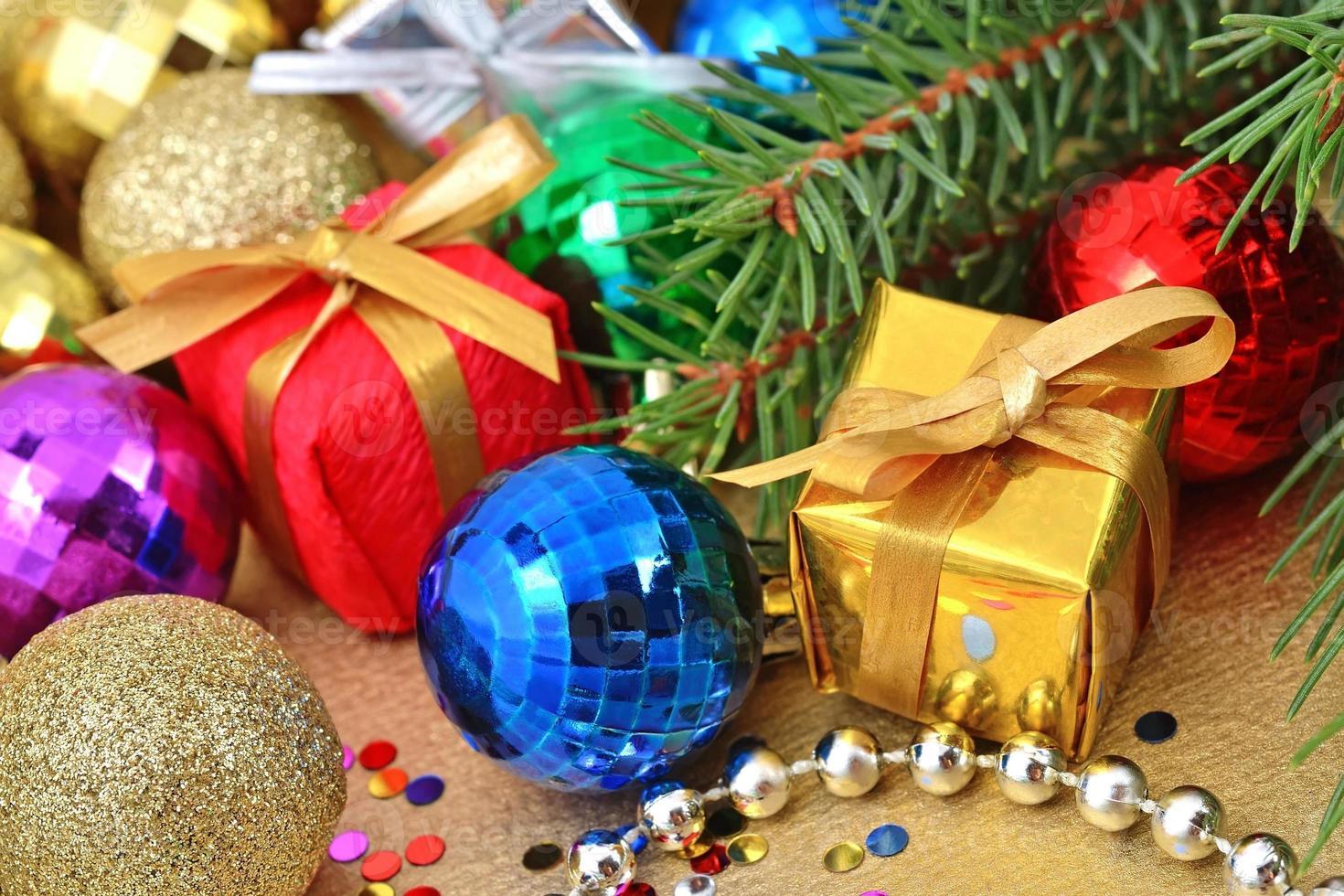 adornos navideños multicolores foto