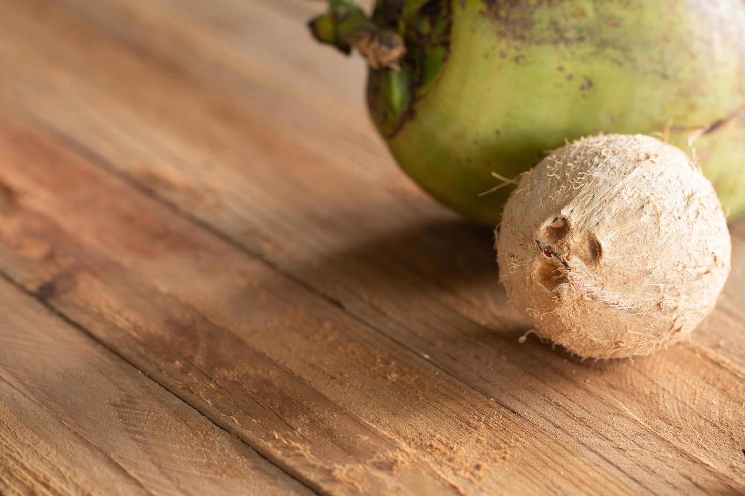 gedroogde kokosnootschil op houten tafel achtergrond foto