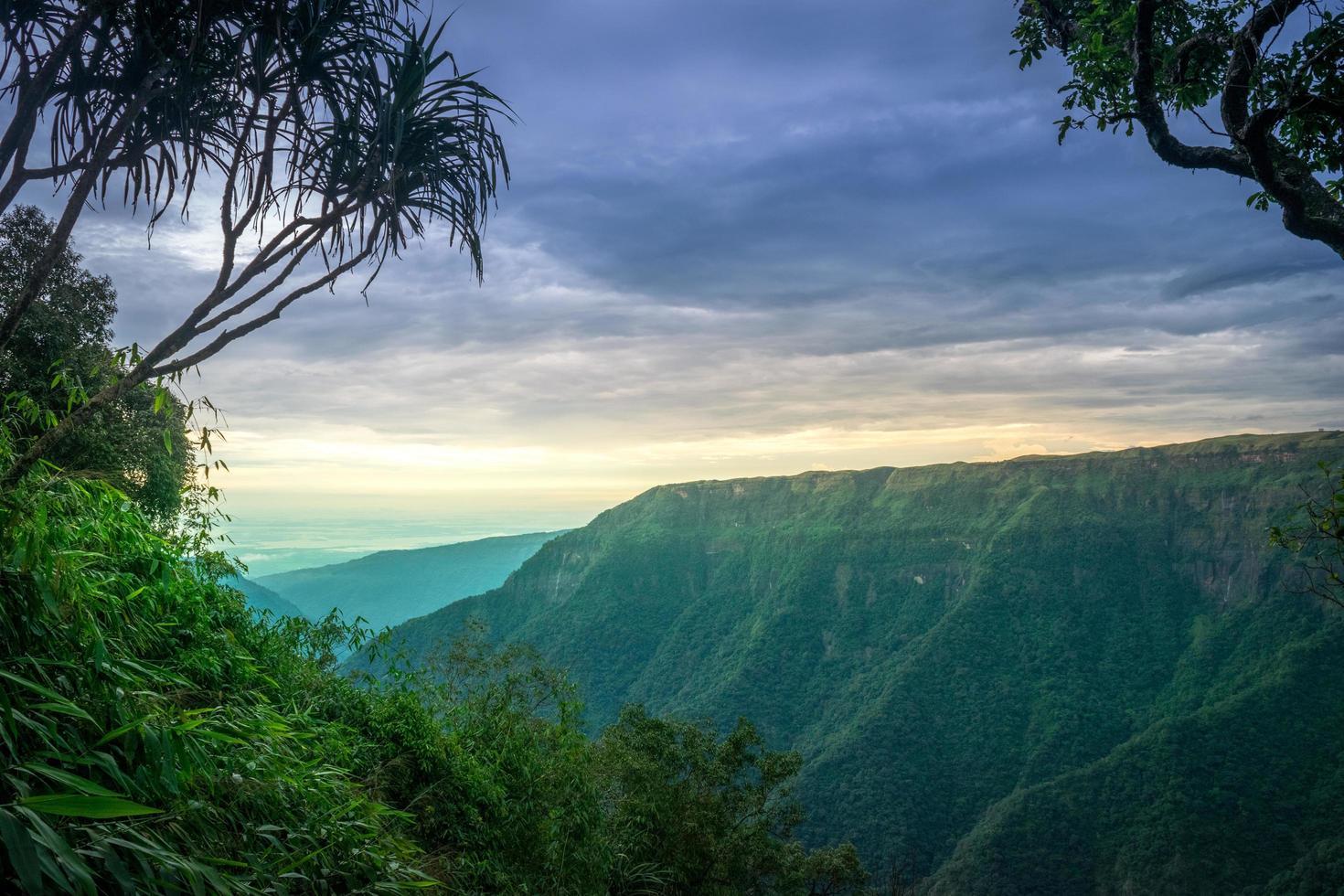 vista a la montaña verde foto