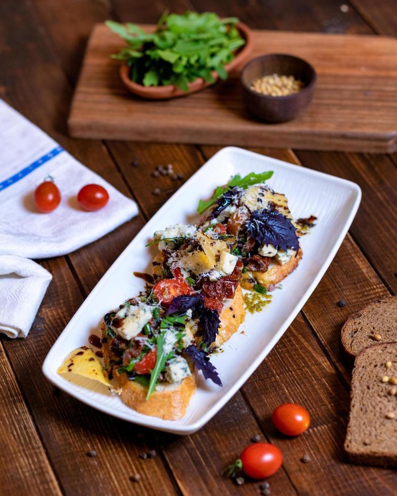 torrada com tomate e vegetais foto