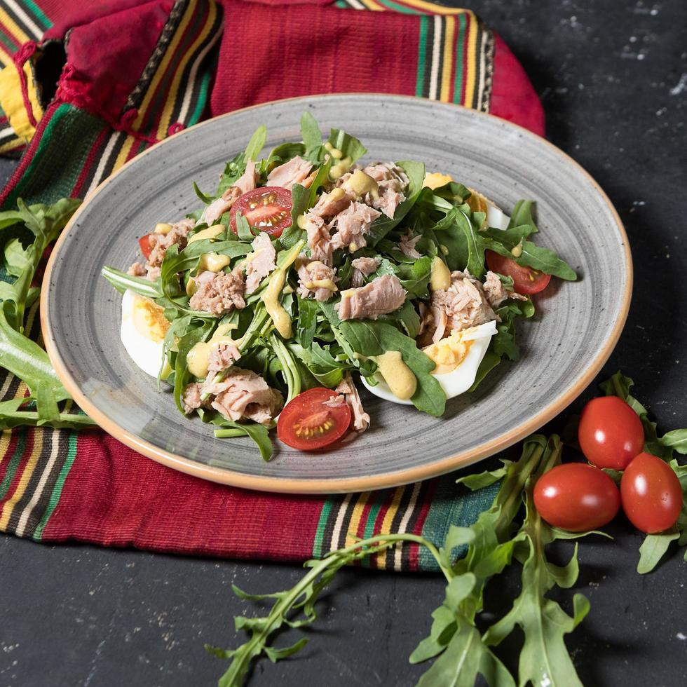 salada com carne, ovos e tomates foto
