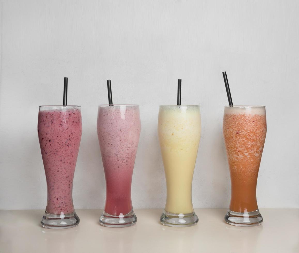 quatro smoothies de frutas foto