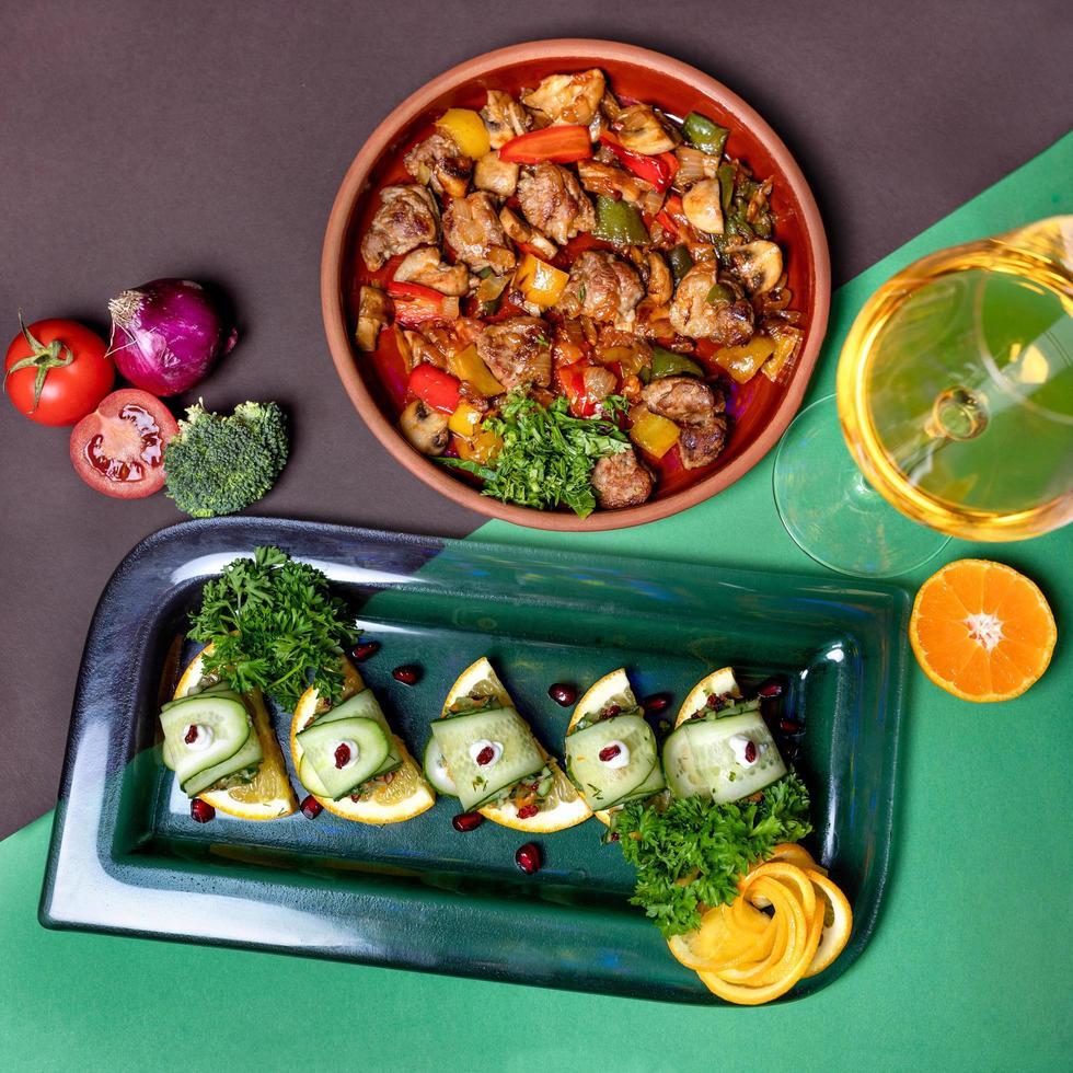 mooie citroen komkommer garnituur met rundvlees gerecht foto