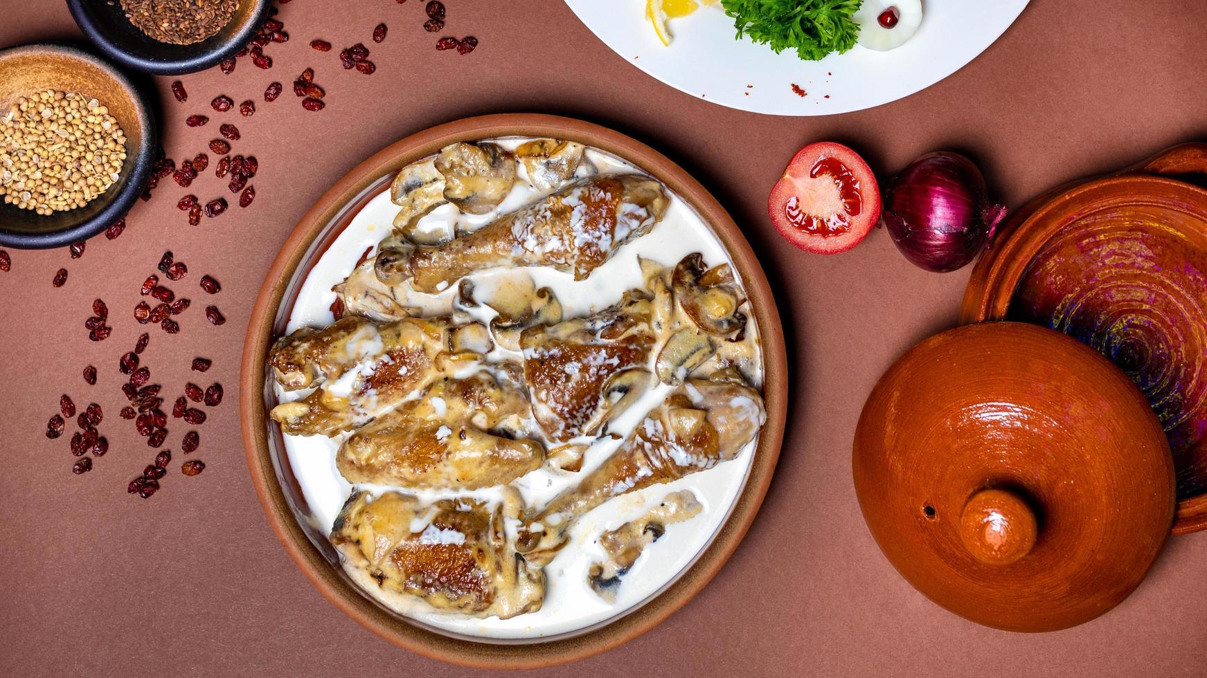 deliciosa refeição de carne de frango com molho foto
