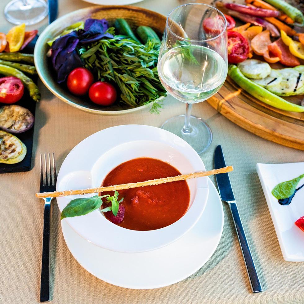 lekkere rode tomatensoep en groenten met witte wijn foto