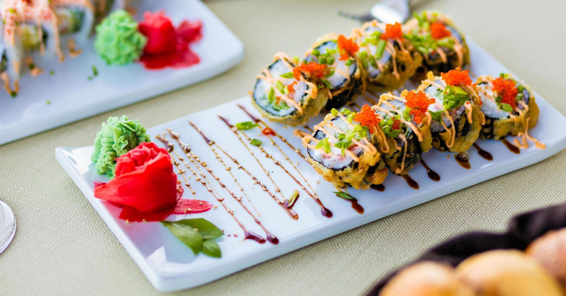 rouleaux de sushi colorés au saumon photo