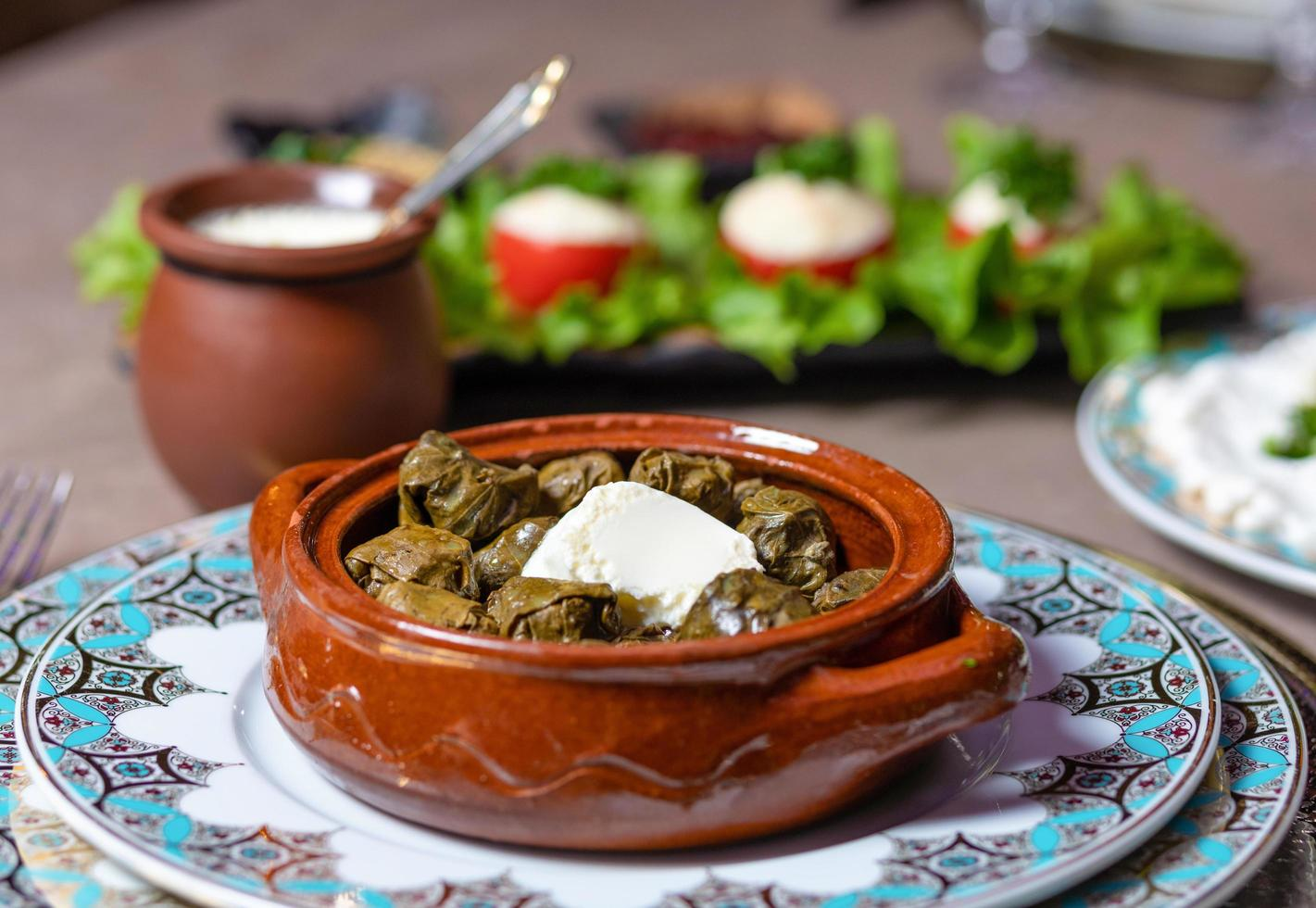comida azerbaiyana en platos decorativos foto
