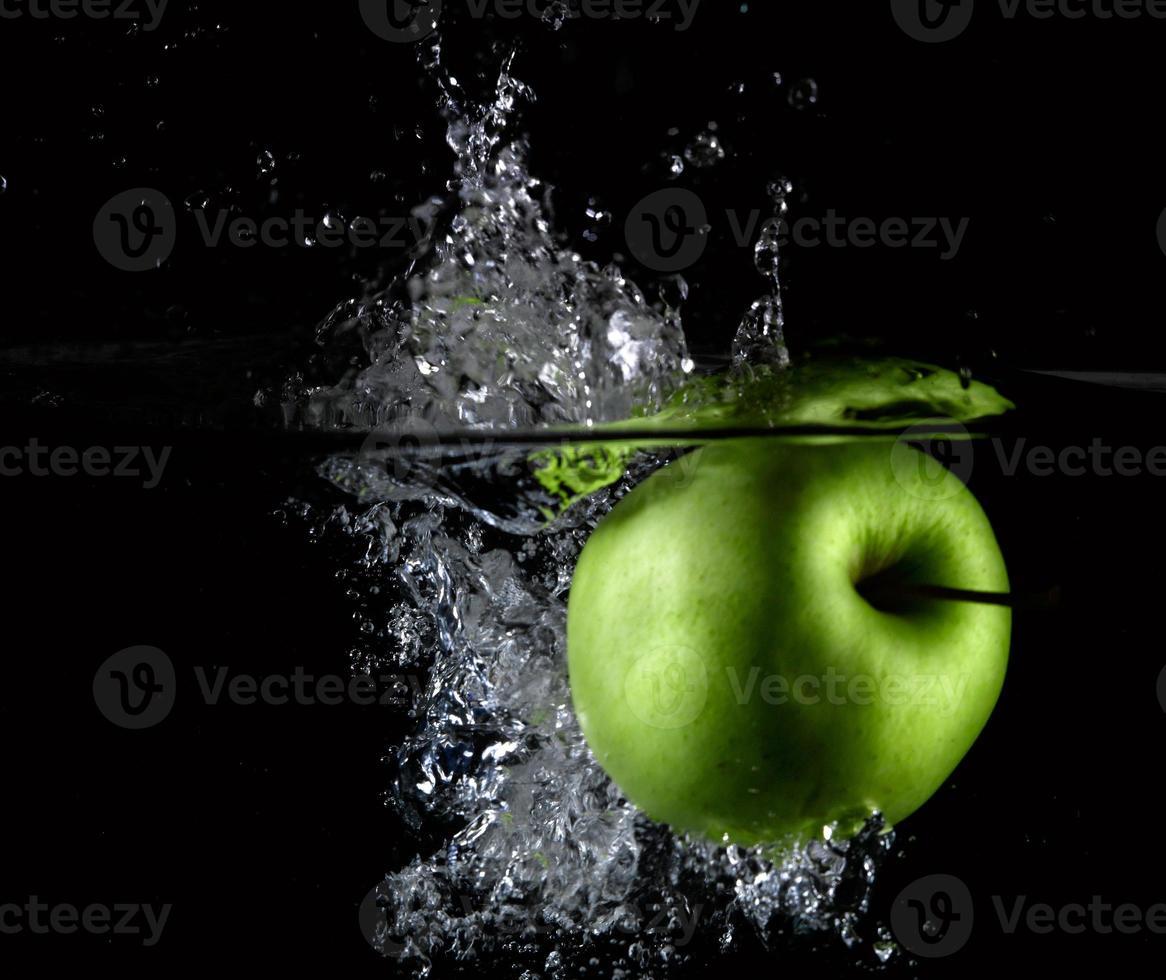fruta fresca na água foto