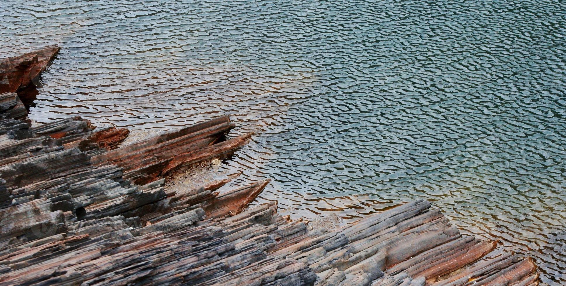 increspature nell'acqua e nella pietra foto