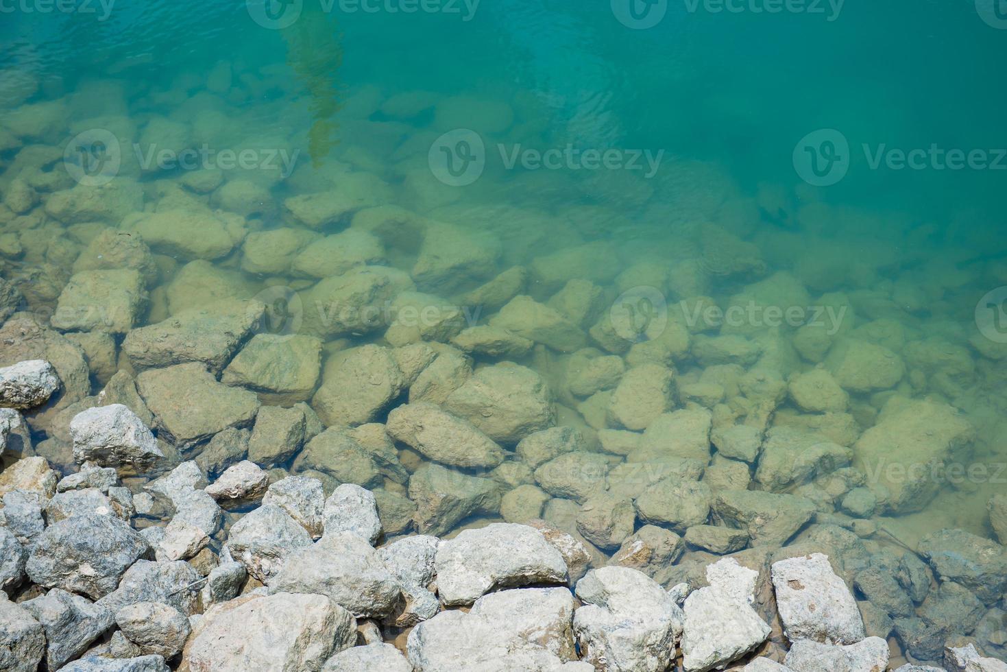 steen in water bij dam foto