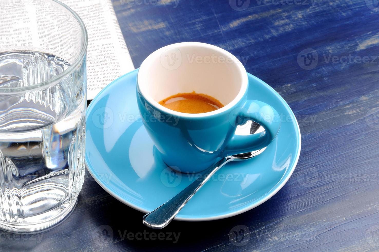 xícara de café expresso com copo de água foto