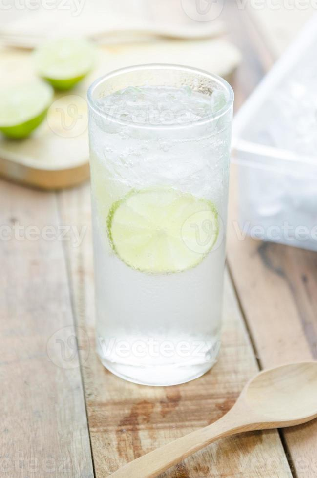 koel citroenwater op houten achtergrond foto