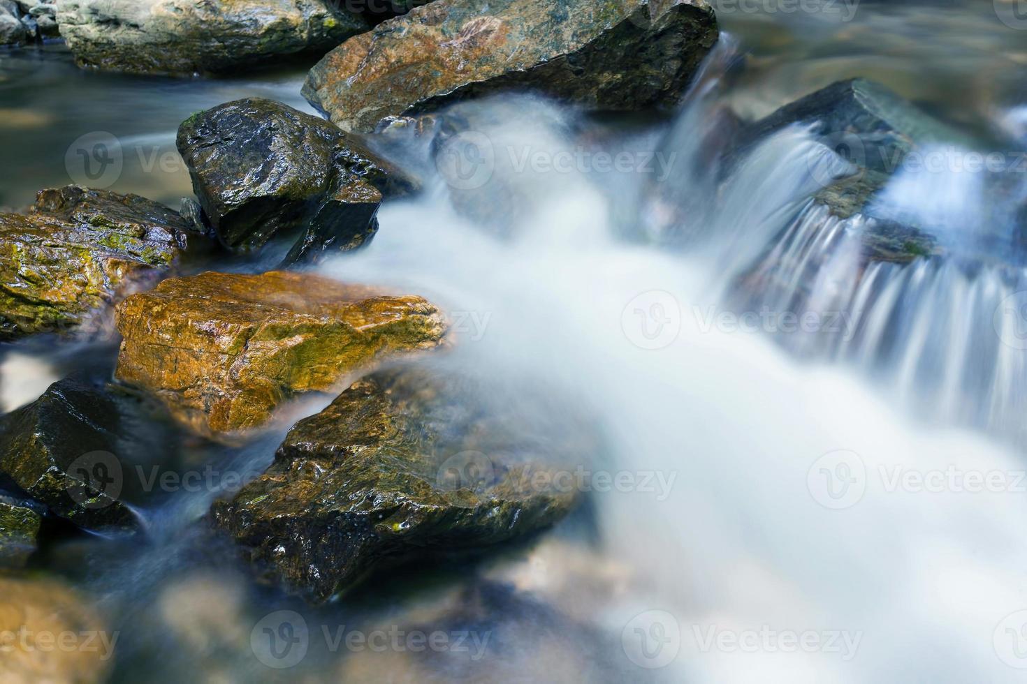 de kreek in de bergen, rotsen, water foto