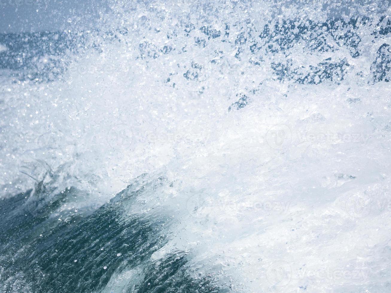 plons van het heldere zeewater foto
