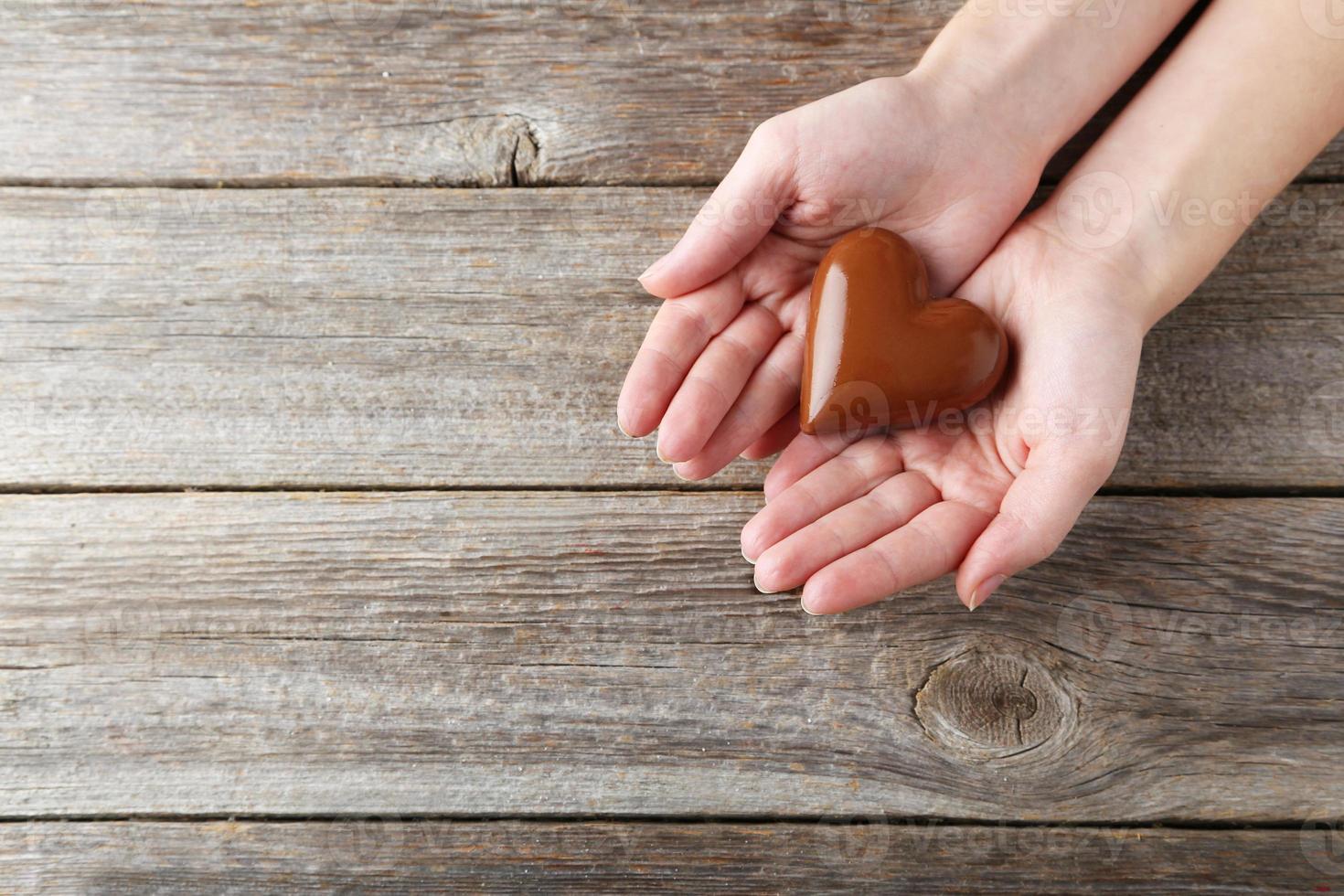 vrouw handen met chocolade hart foto