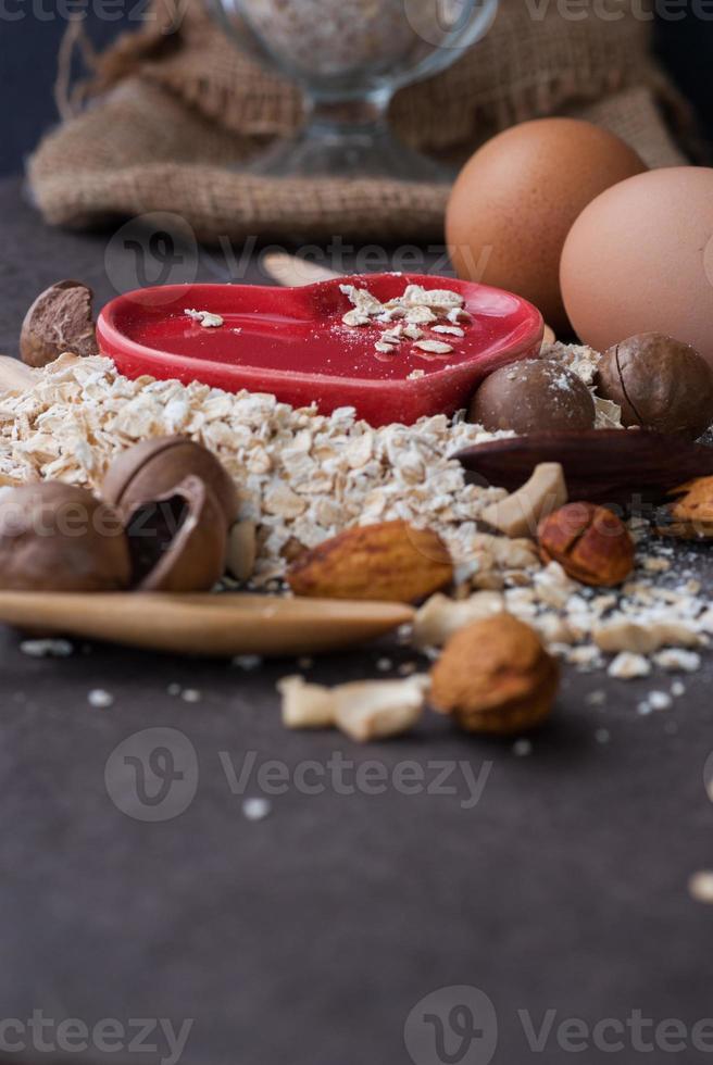 farinha de aveia seca saudável com nozes e coração vermelho foto