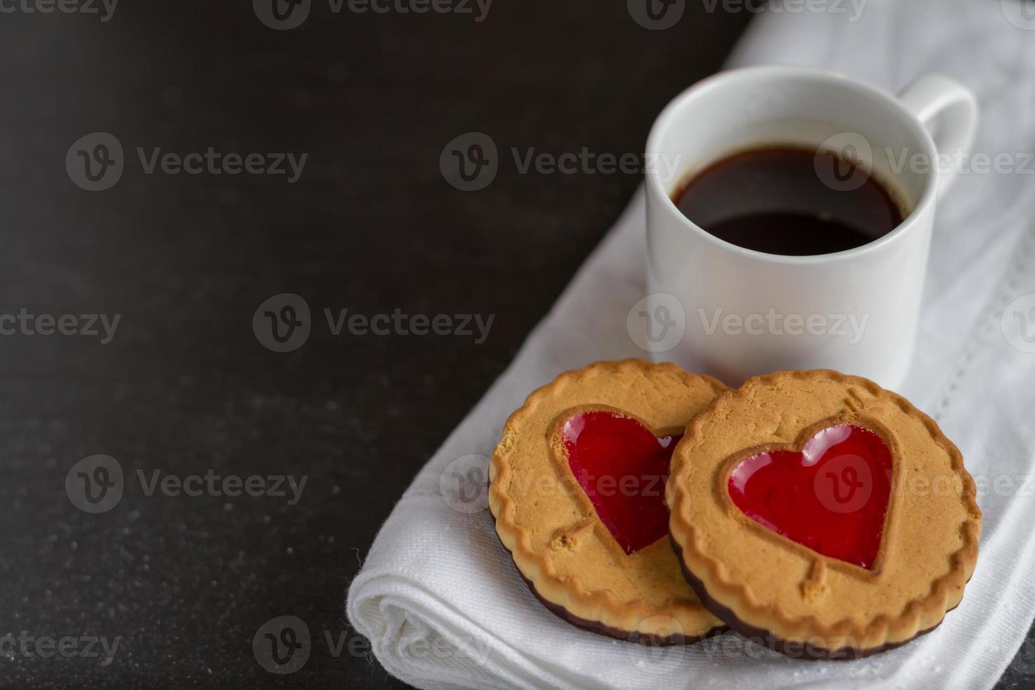 Kekse mit roten Geleeherzen, Kaffee foto