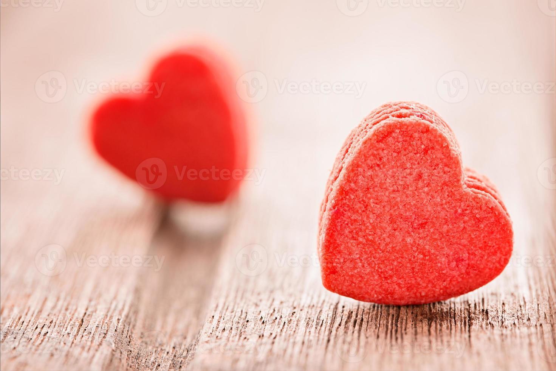 twee rode hartvormige koekjes, extreem close-up, selectieve aandacht, foto