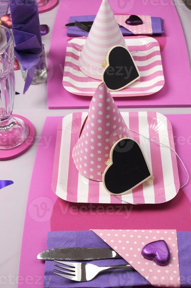 decoração de mesa de festa de tema rosa e roxo. foto