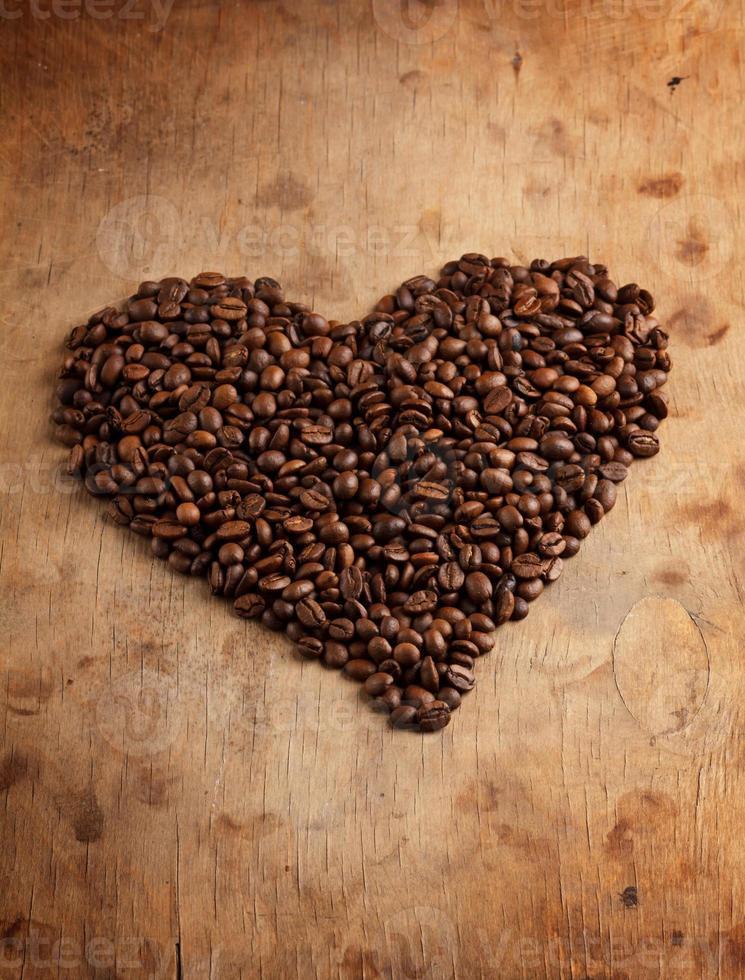 hart fron koffiebonen, op houten oppervlak foto