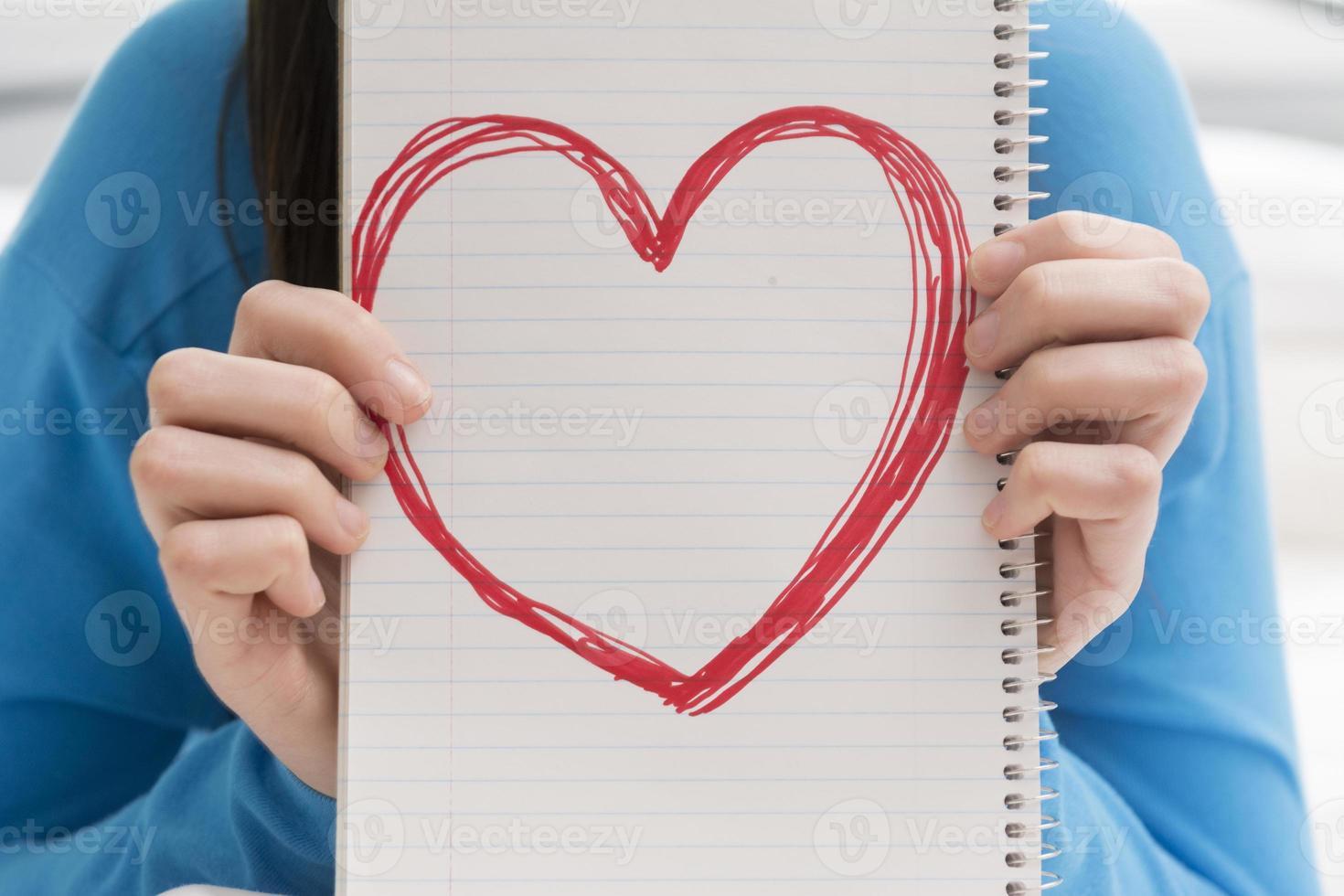 adolescente, tenencia, corazón, en, cuaderno foto