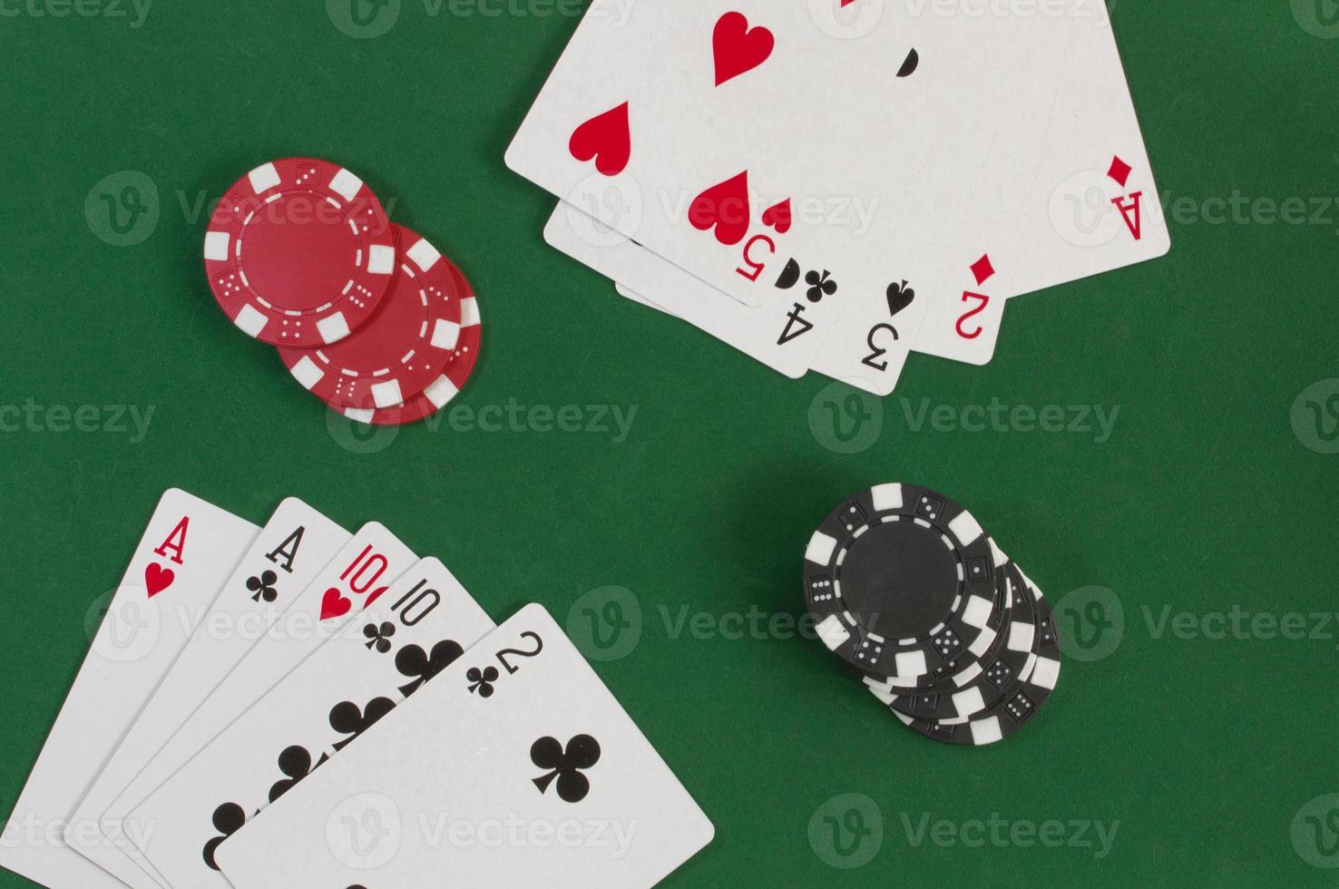 pôquer direto e fichas de jogo foto