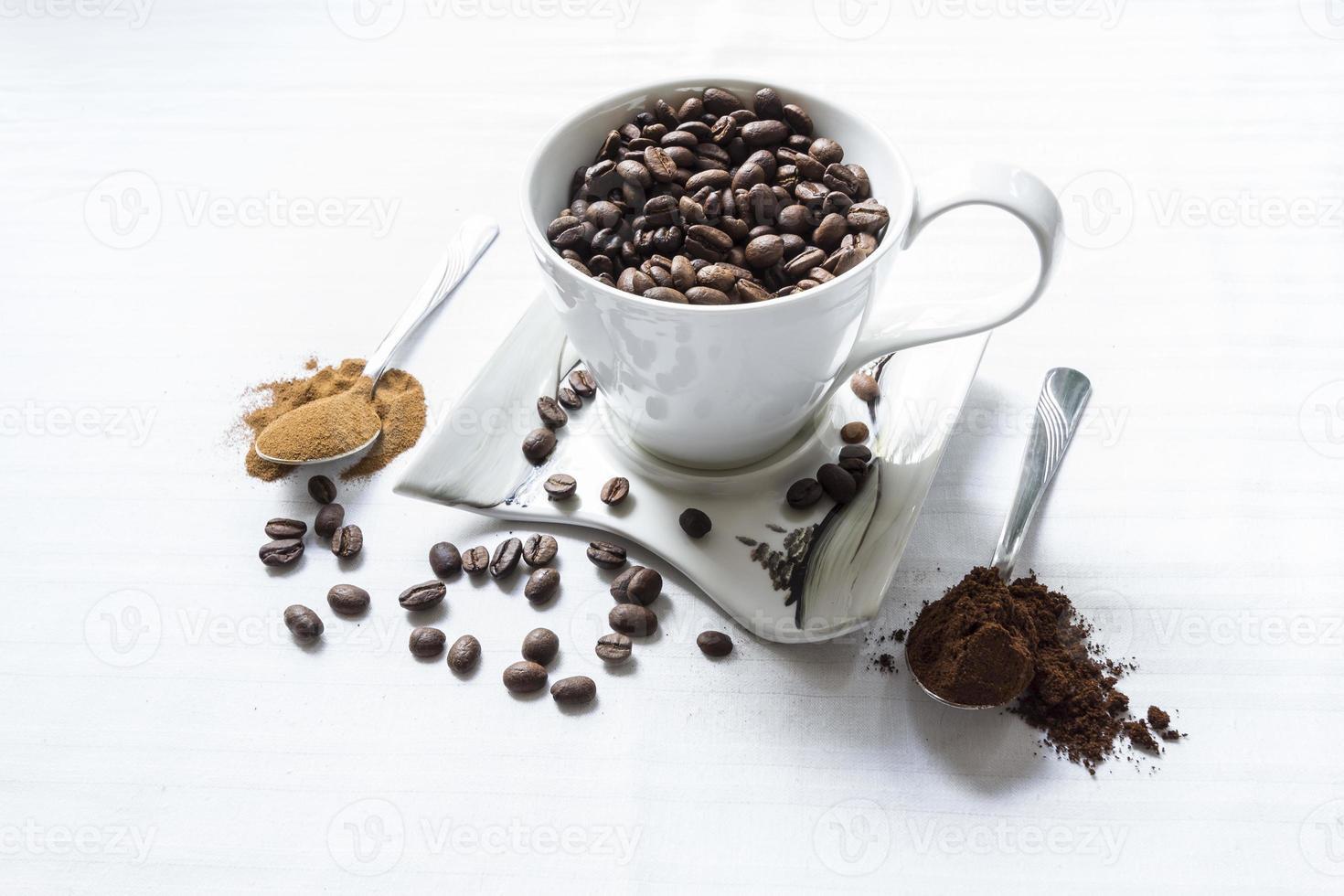 grains de café sur fond blanc photo
