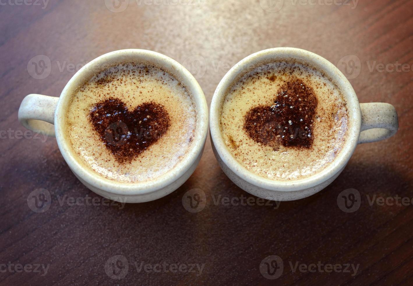 duas xícaras de cappuccino foto
