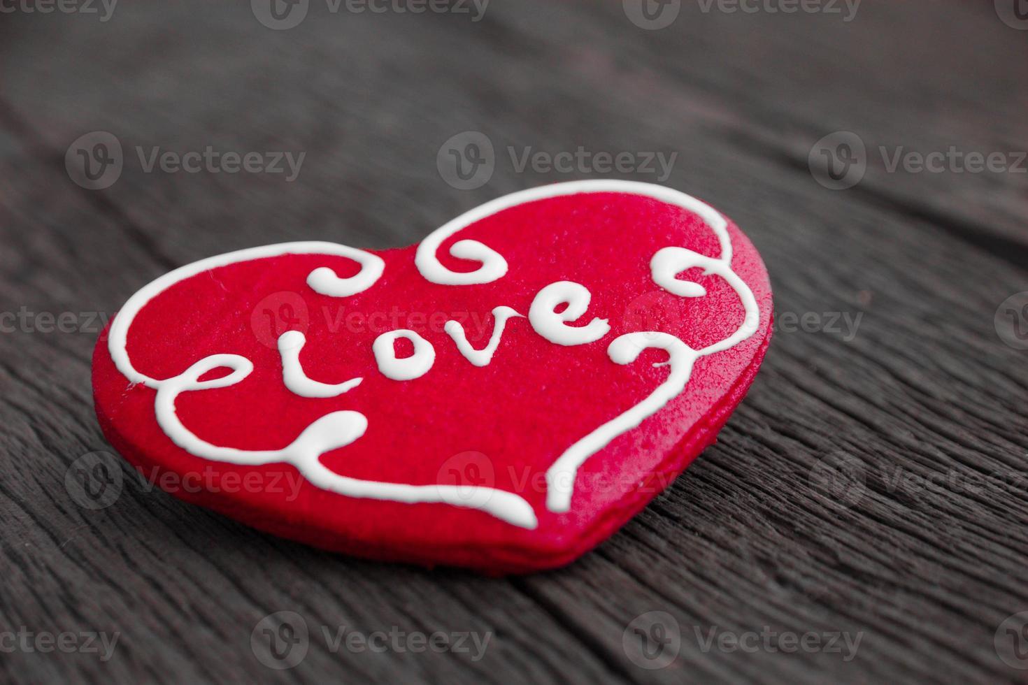 biscoito de coração em fundo de madeira foto
