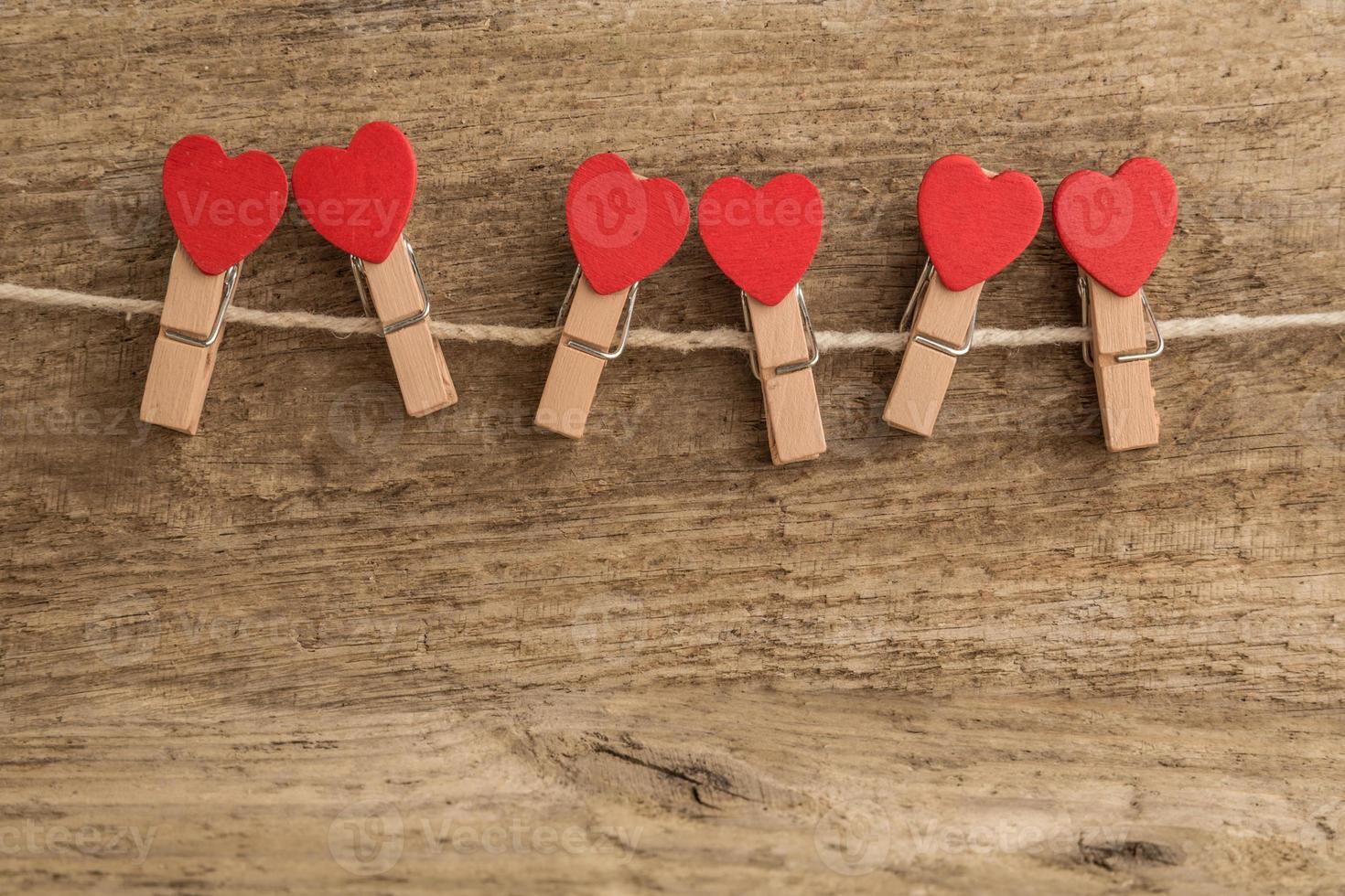 pinos em forma de coração na corda foto