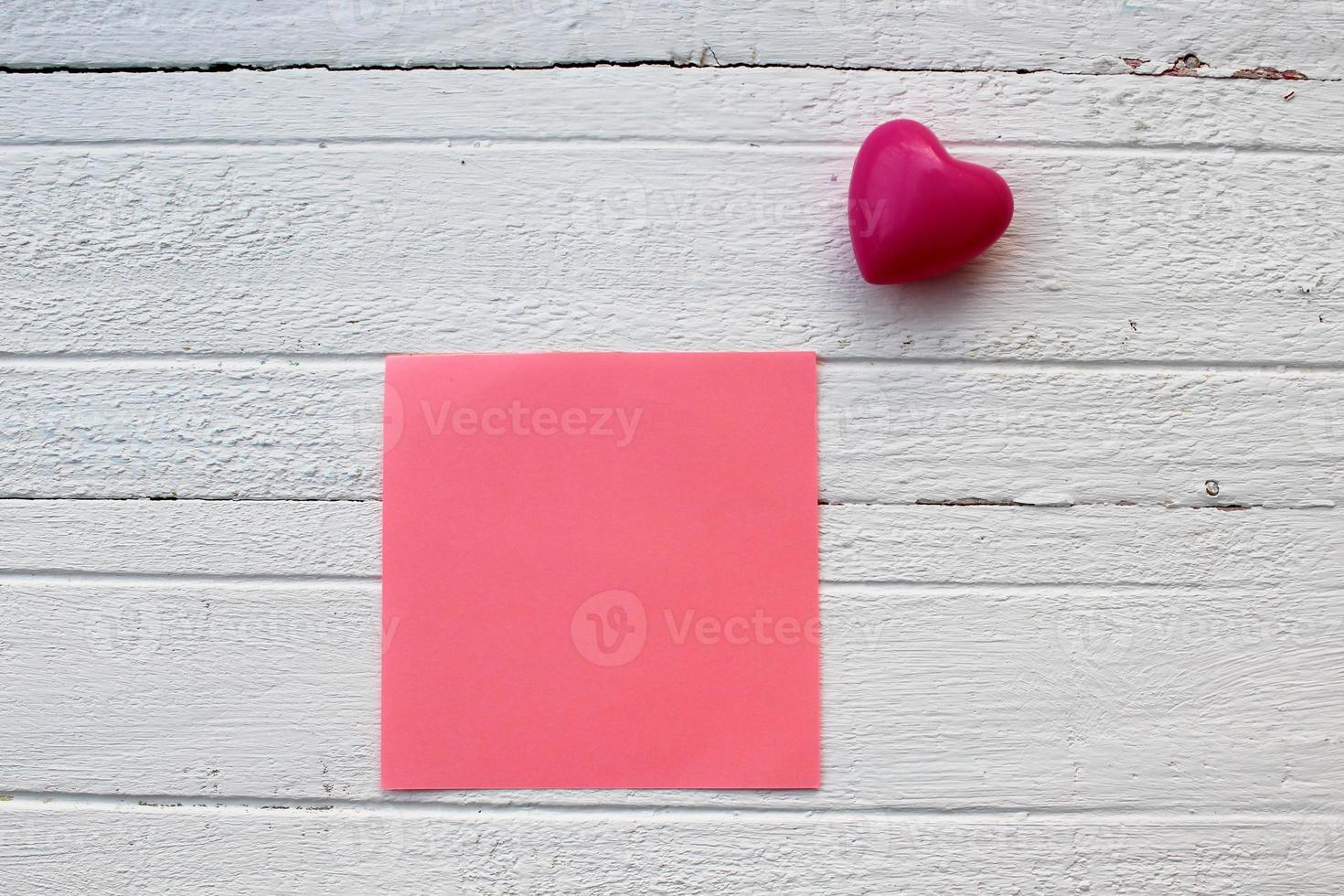 roze kleverige nota en hart foto