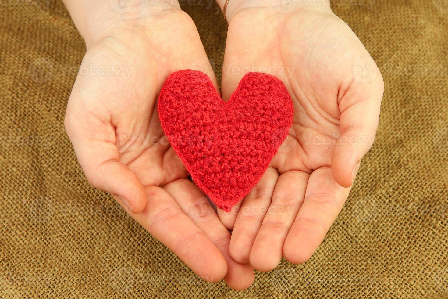 tricô coração nas mãos foto