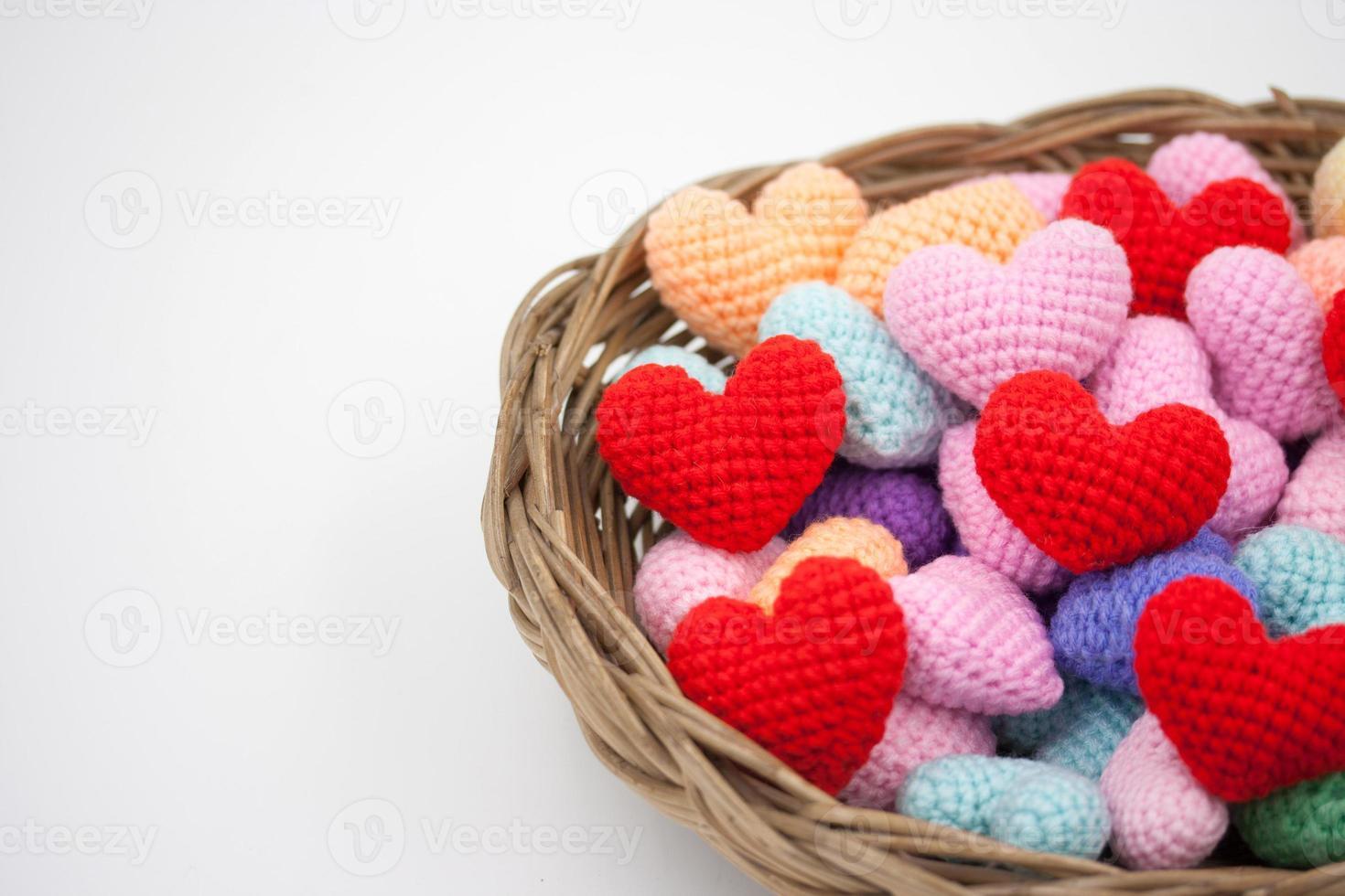 corazones de hilo en la canasta. foto