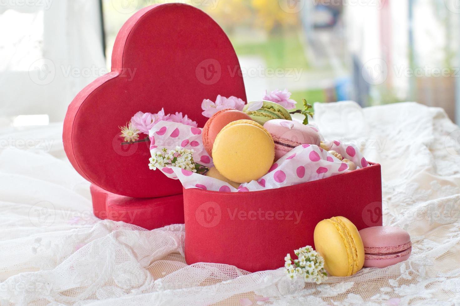macarons colorés dans une boîte rouge photo