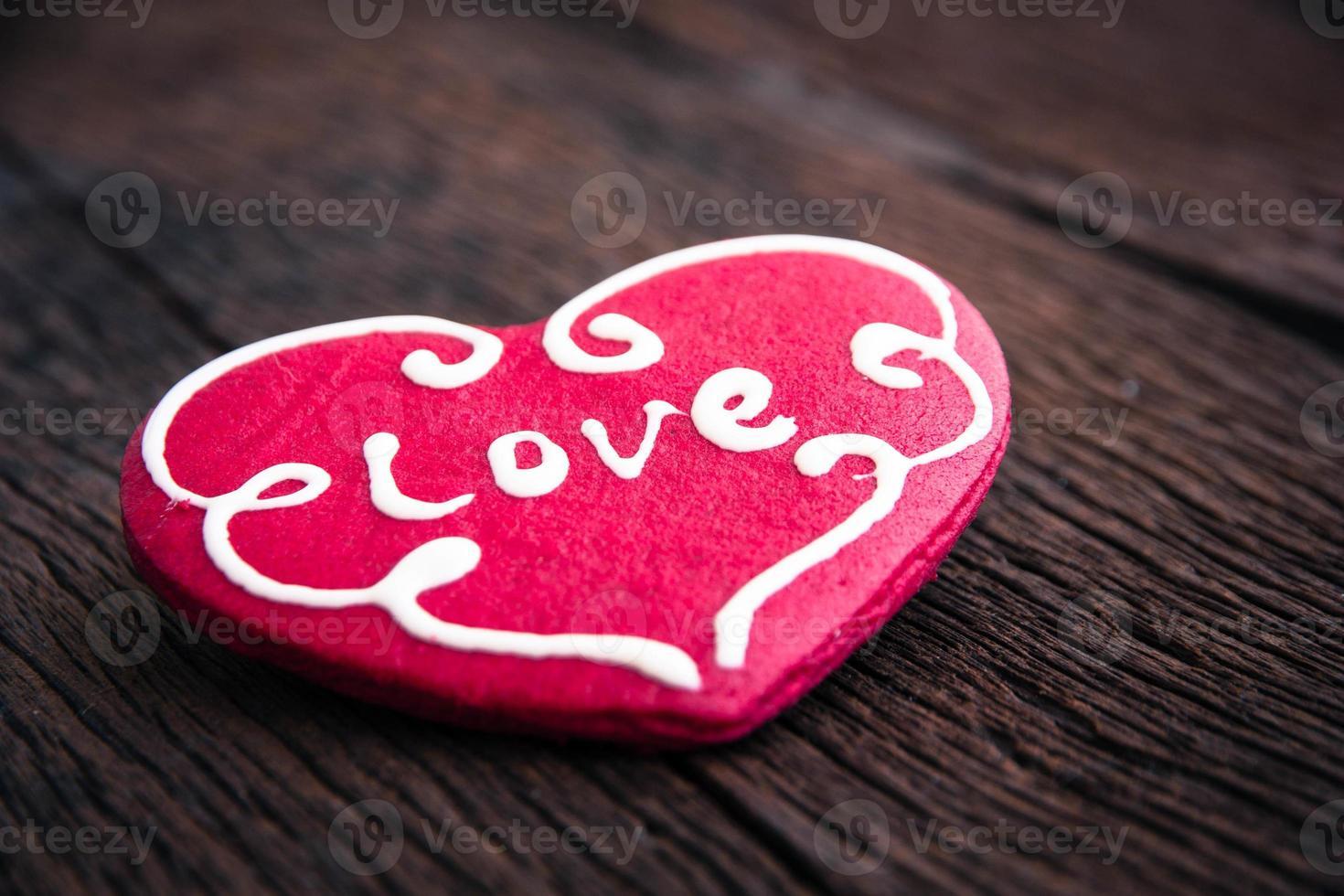 galleta de corazón sobre fondo de madera foto