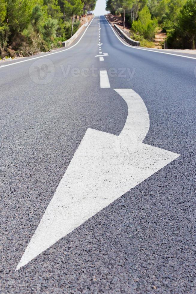 largo camino con flecha foto