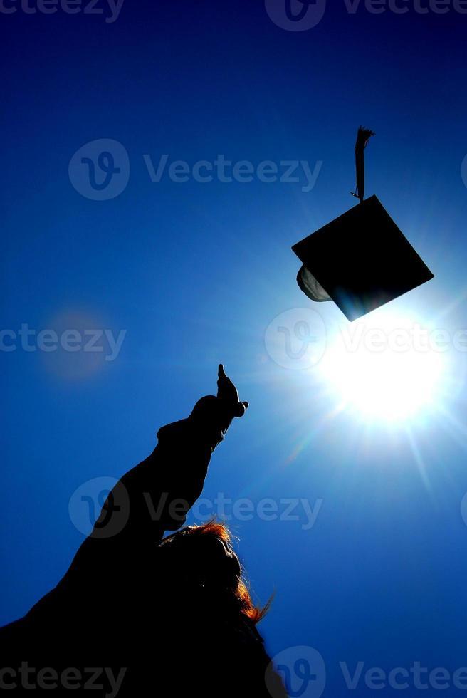 lanzamiento de gorra de graduado foto