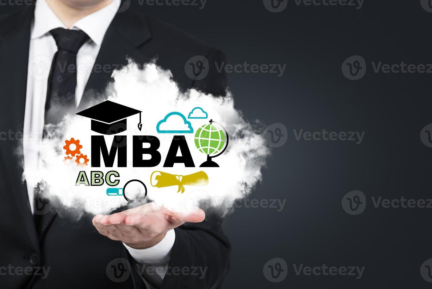 La mano del estudiante sostiene una nube con los iconos educativos. foto