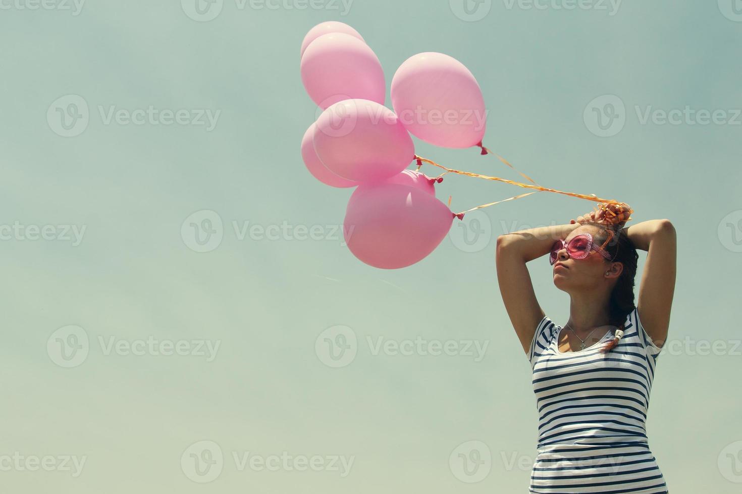 hermosa mujer con globos de colores foto