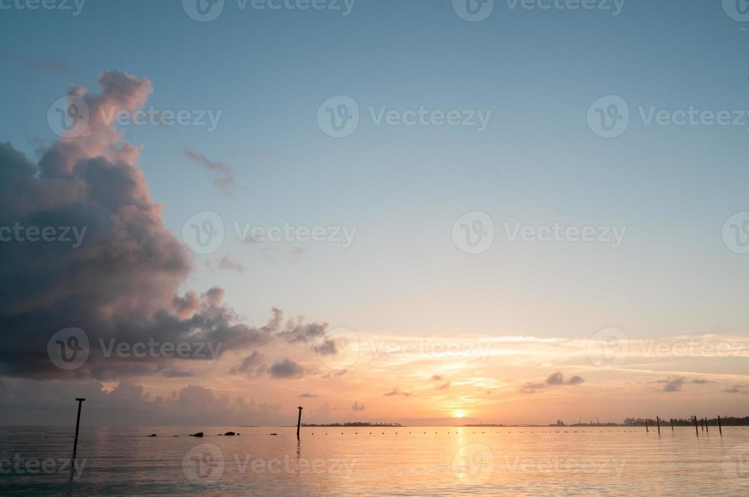amanecer sobre el agua foto
