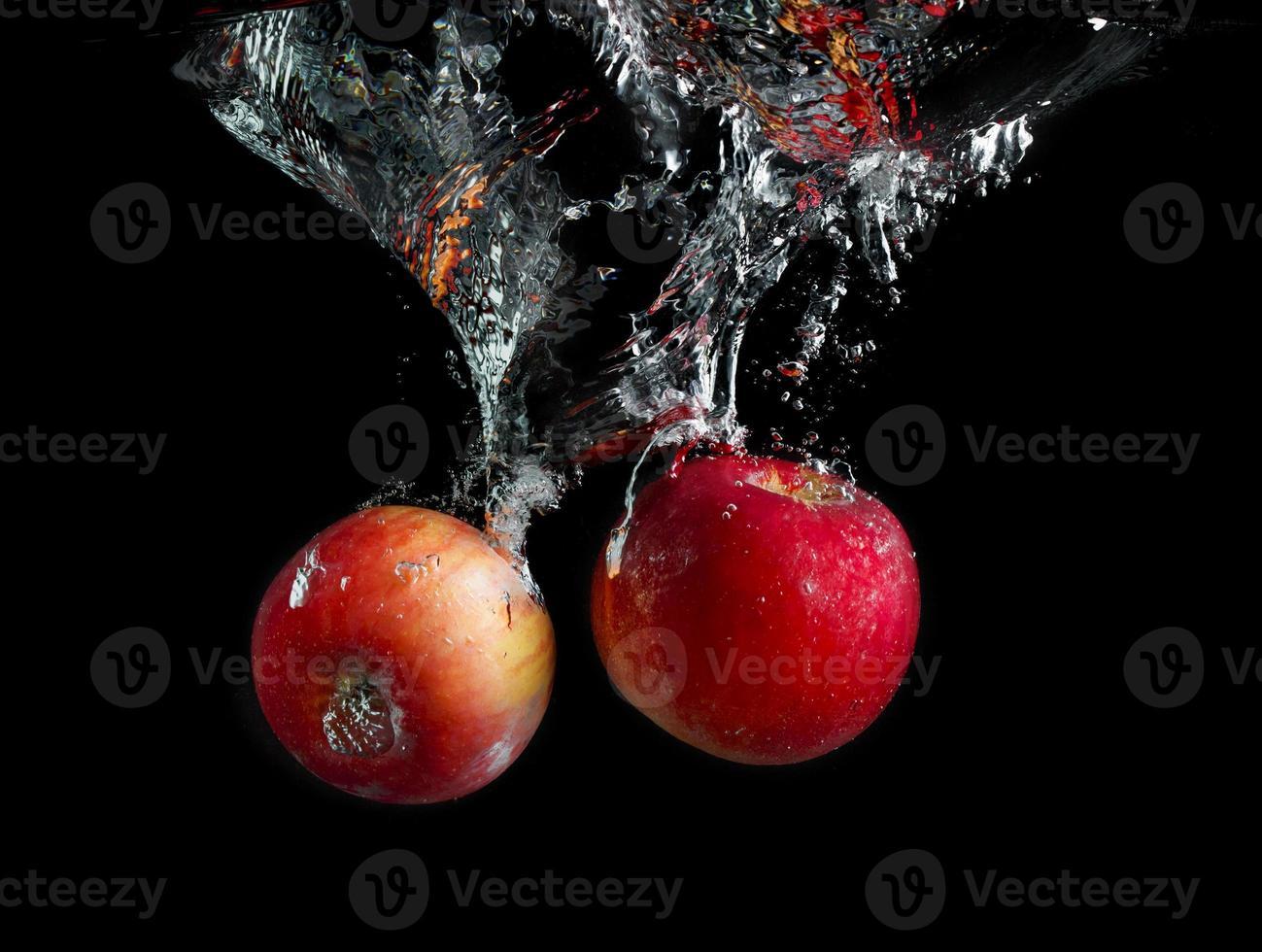 manzanas en agua foto