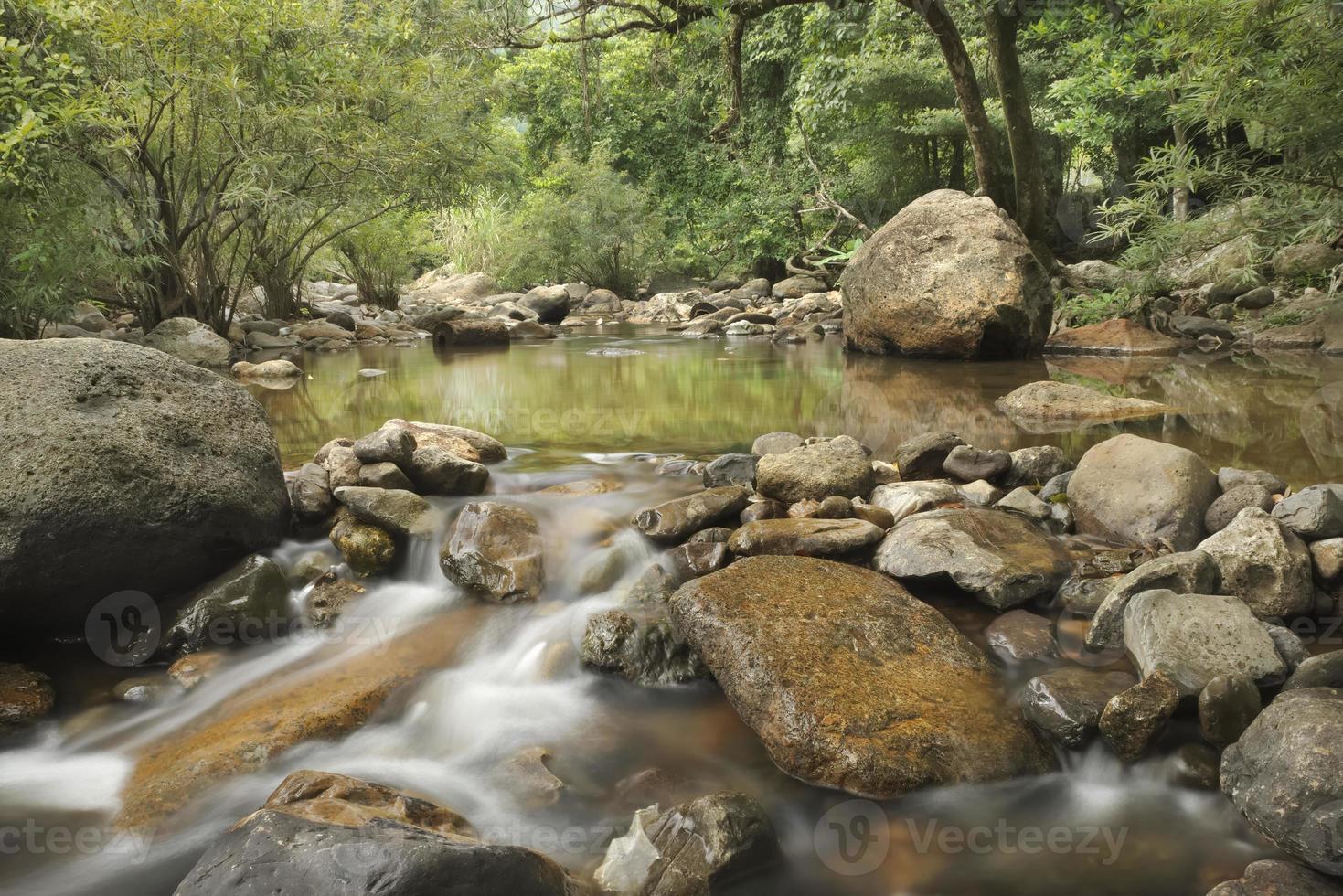 agua que fluye a través de las rocas foto
