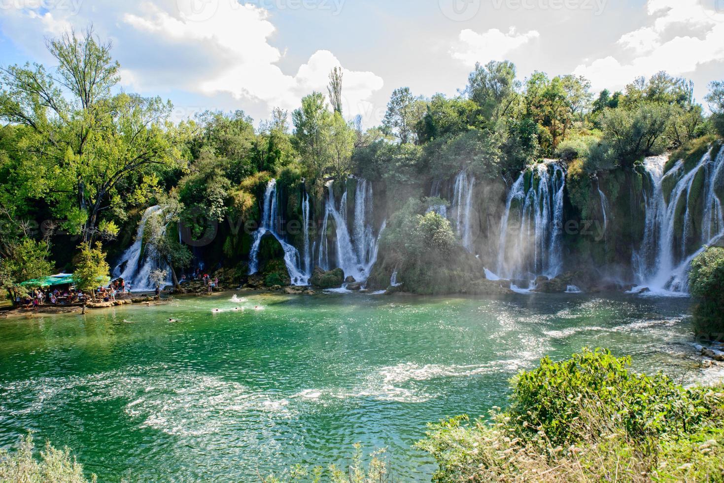 hermosa cascada de agua foto